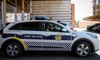 La Policia Local de Sueca denuncia a un grup de persones per reunir-se en un bar