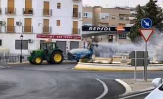 Agricultores valencianos aparcan sus movilizaciones para colaborar en la desinfección