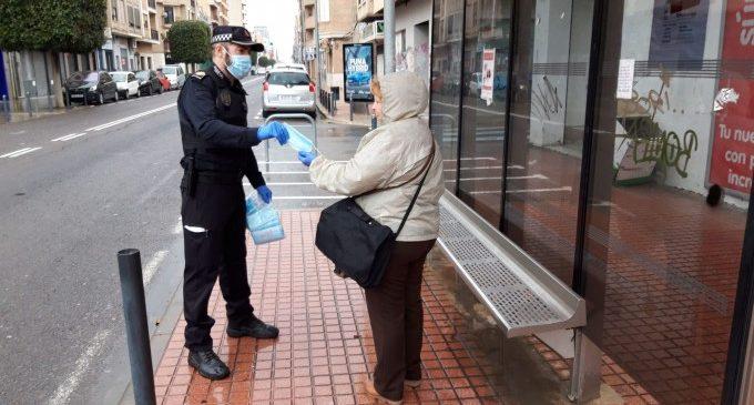 Benetússer distribueix màscares entre els ciutadans que acudeixen a treballar en transport públic
