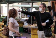 Primer dia en el mercat ambulant del barri Hostalets: gel, presa de temperatura, distància i mascareta per als despistats