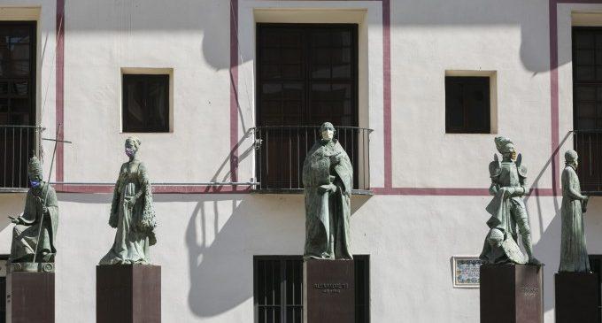 Gandia col·loca mascaretes a les seues estàtues per conscienciar que cal protegir-se davant la COVID-19