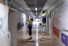 Els treballadors del POL d'Almussafes prossegueixen amb les tasques de manteniment, jardineria i pintura