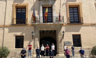 Paterna se suma al luto nacional por las víctimas del COVID-19 con un minuto de silencio y la iluminación del Ayuntamiento