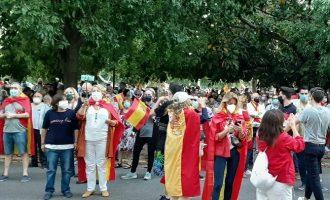 Concentracions en temps de coronavirus: banderes, aglomeracions i crits de dimissió