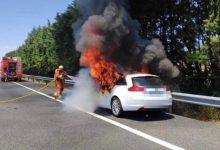 Un coche se incendia en la A-3 y su ocupante sale ileso