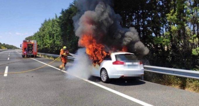 Un cotxe s'incendia en l'A-3 i el seu ocupant ix il·lés