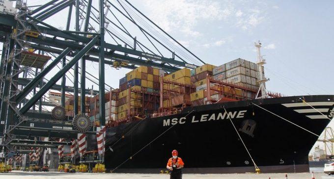 Arriba a València el primer vaixell amb material sanitari contractat per la Generalitat