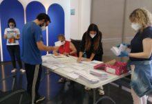 El Ayuntamiento de Almussafes comienza la distribución de las tarjetas de alimentación que sustituyen a las becas de comedor escolar