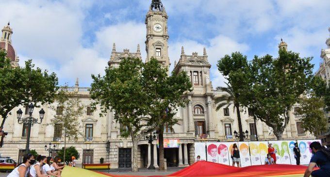 Un Orgull LGTB+ simbòlic a la plaça de l'Ajuntament de València