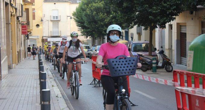 Mig centenar de persones participen en la cadena ciclista organitzada a Ontinyent en el Dia Mundial de la Bici