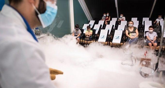 El Museu de les Ciències ofereix fins a cinc sessions diàries d'experiments en directe amb dos tallers