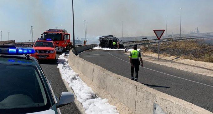 Ferits dos guàrdies civils en endinsar-se en un camió en flames per a rescatar al conductor