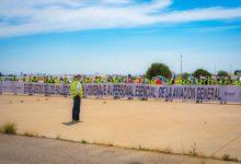 Més de 40 aeronaus lleugeres reten homenatge a les víctimes de la pandèmia en l'Aeroport de València