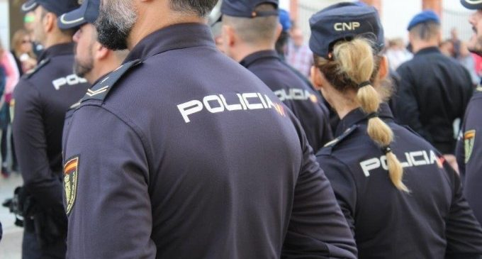 Detinguts dos homes per entrar a la força en un habitatge