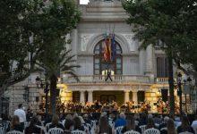 Solemnitat i respecte a una plaça de l'Ajuntament de València unida per les víctimes de la COVID-19