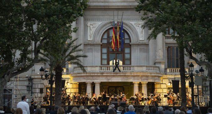 Solemnidad y respecto en una plaza del Ayuntamiento de València unida por las víctimas de la COVID-19