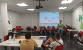Els integrants del JOOP Foios participen en un taller d'inserció laboral juvenil