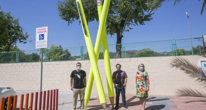L'escultor Joan Sapena homenatja l'escola pública de Gandia