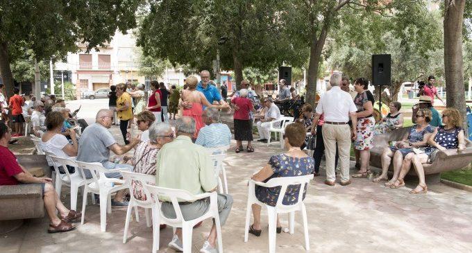 Almussafes, única localitat de la Comunitat Valenciana que posa a la disposició de la ciutadania cadires de plàstic en espais públics