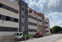 El Ayuntamiento de Carcaixent instala una malla metálica en el edificio inacabado de la calle Carlos Gomis