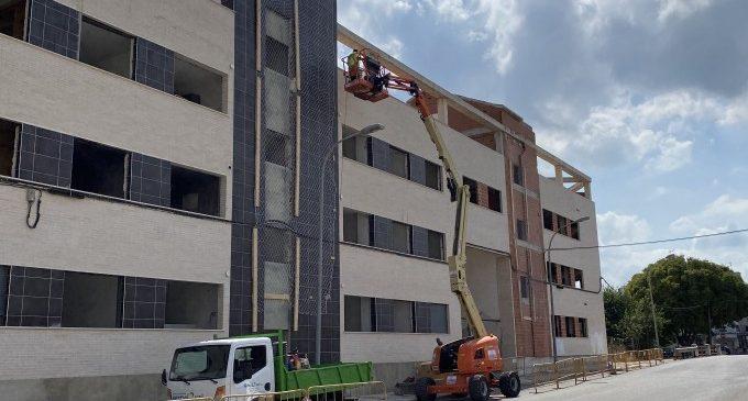 L'Ajuntament de Carcaixent  instal·la una malla metàl·lica a l'edifici inacabat del carrer Carlos Gomis