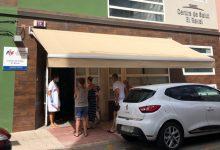 Cullera equipa l'exterior dels centres de salut amb tendals i bancs