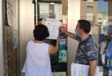 Benetússer reparteix cartells informatius en els seus comerços per a recordar les mesures de contenció de la COVID19
