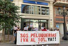 Peluquerías arrancan en València protestas para la reducción del IVA al 10% ante la amenaza de cierre de 16.000 salones