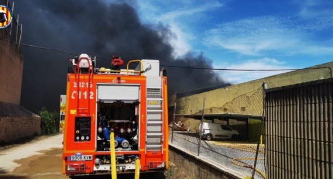 Bombers continuen treballant en l'incendi de la fàbrica de Bétera, una de les naus de la qual corre risc de col·lapse