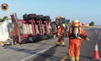 Bolca un camió en l'A-3 amb mercaderia perillosa i el seu conductor resulta ferit greu
