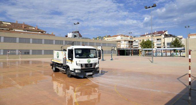 Paiporta neteja i desinfecta els patis i les entrades dels centres educatius
