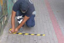 La Brigada Municipal d'Obres de Burjassot senyalitza les entrades i eixides dels col·legis del municipi per a garantir la distància de seguretat