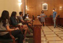 El regidor de Joventut lliura les claus de la residència municipal per a l'estudiantat universitari d'Ontinyent