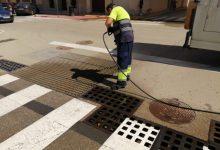 Almussafes neteja els seus embornals per a previndre el risc d'inundacions