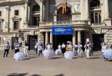 Guies turístics es concentren a València per a alertar que el sector està