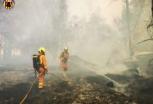 Un incendio en el polígono industrial de la Ford provoca una columna de humo de grandes dimensiones