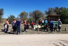 Una veintena de voluntarios de Sueca recogen 40 kilos de residuos en el río Júcar