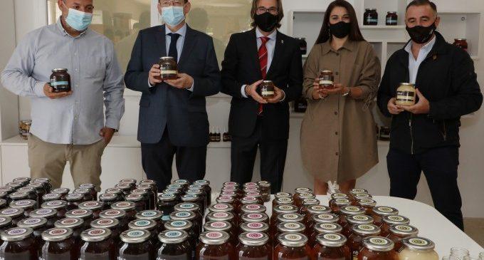 Ximo Puig visita en Ayora las instalaciones de la empresa Rosa Miel Apícola Cerdá Martínez