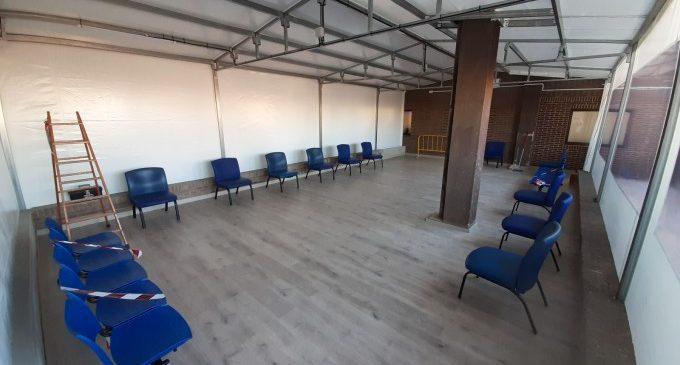 S'instal·la una carpa annexa a l'àrea d'Urgències de l'Hospital de Xàtiva
