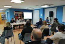 """L'escriptora d'Almussafes Sara Ferrando presenta el llibre """"Afterlife"""" davant els seus veïns"""