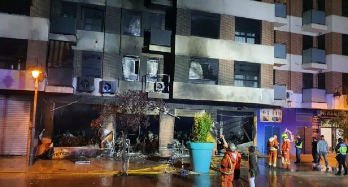 Rápida intervención de la Policía Local de Alzira en el incendio de un taller de motos esta madrugada