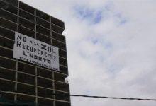 Activistes ecologistes despengen una pancarta gegant contra la ZAL
