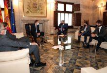 Ximo Puig aborda la situació del clúster tèxtil i analitza la conjuntura del sector amb representants d'ATEVAL