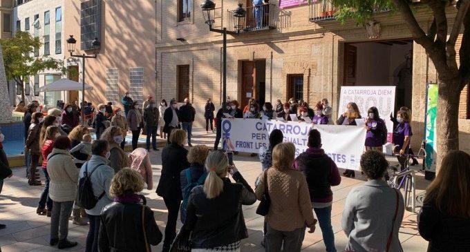 """Catarroja se concentra con motivo del 25N para decir """"Basta ya"""" a la violencia contra las mujeres"""