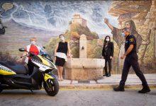 La Policia Local de Xàtiva i la Junta Local de l'AECC protagonitzen el calendari benèfic Politeràpia 2021