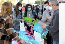 AVIVA Paiporta reparteix bosses reutilitzables per a promoure l'ús del valencià al mercat