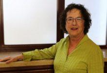 La filòloga i professora Elena Simón imparteix una ponència sobre coeducació dins la I Escola Feminista d'Ontinyent