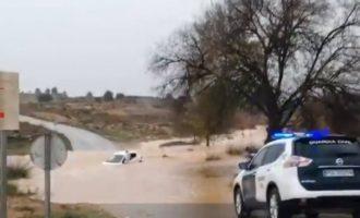 Dos homes són rescatats després de quedar atrapats dins d'un vehicle a Requena