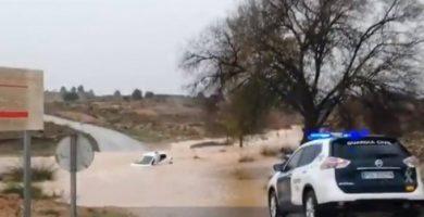 Dos hombres son rescatados tras quedar atrapados dentro de un vehículo en Requena