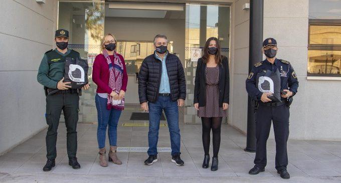 Els comerciants regalen mascaretes a la Policia Local i a la Guàrdia Civil de Cullera